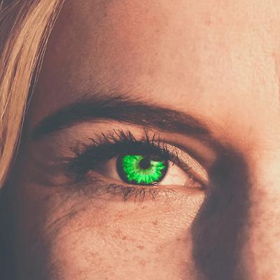 Frau mit grünen Augen und Sommersprossen