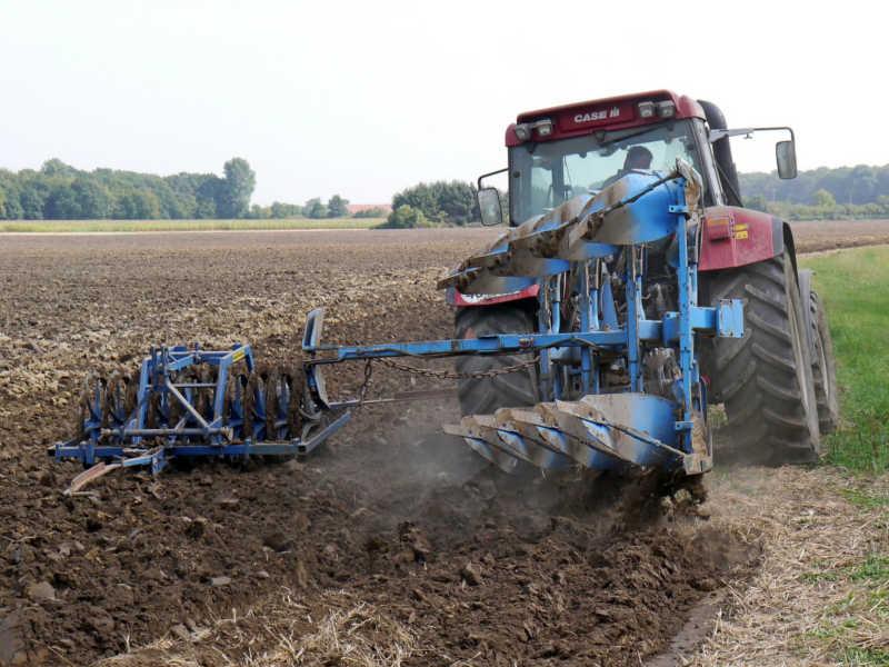 Alternative zum Herbizid-Einsatz: Das Pflügen des Feldes